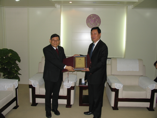 20041028-2 Chancellor presenting plaque to PP Percy.jpg
