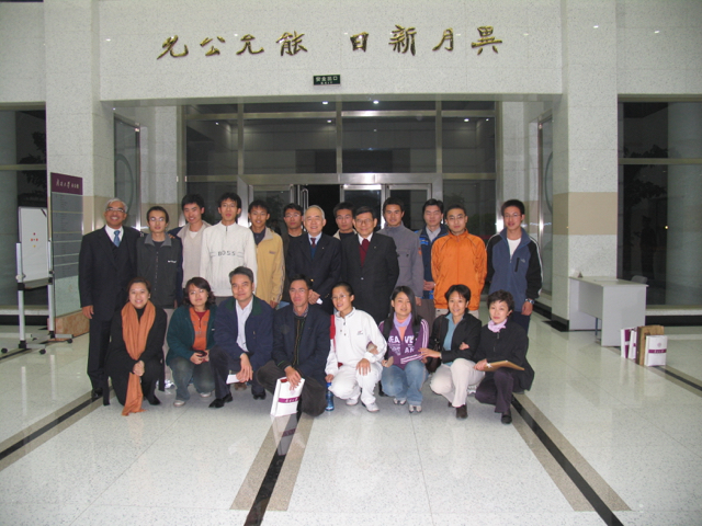 20041028-5 Group Picture of Rotarians with Nankai Students.jpg