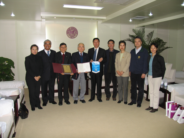 20041028-6 Group Picture of Rotarians with Chancellor.jpg